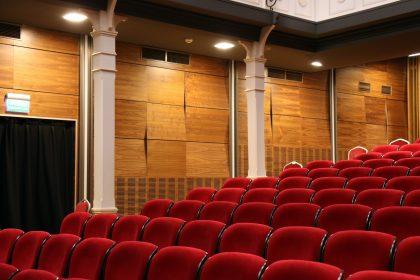 aprender inglês com músicas, filmes e séries no cinema