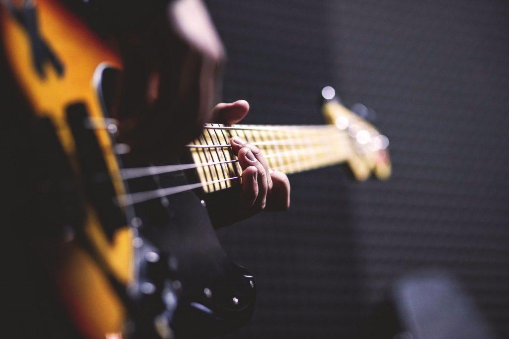 aprender inglês com músicas, filmes e séries tocando